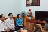 Bộ trưởng Y tế hát 'Người con gái sông La' tặng anh hùng La Thị Tám