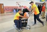 Đức Chinh và Tiến Dũng vui vẻ đẩy nhau ra khỏi sân bay Indonesia