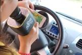 Nữ tài xế vừa lái xe vừa hát karaoke khiến người xem thót tim
