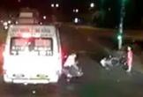 Clip: Thanh niên đèo con nhỏ đánh nhau với lơ xe khách giữa đường đêm gây xôn xao MXH