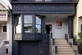 Ngôi nhà 'hai mặt' với bề ngoài đen sì, bên trong ngập nắng