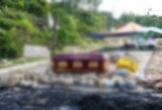Người dân mang quan tài, chặn đường vào nhà máy rác
