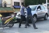Hai người đàn ông đánh nhau sau va chạm giao thông ở Hà Nội