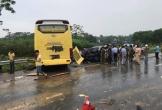 Xe khách giường nằm mất lái lao qua dải phân cách đâm nát đầu ô tô 4 chỗ, 5 người nhập viện cấp cứu