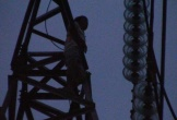 Người đàn ông trèo lên trụ điện cao thế, cả thị xã mất điện