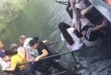 Du khách Trung Quốc mải chụp hình khiến cây cầu đổ sập