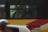 Clip chàng trai thoải mái hôn môi và ngực bạn gái trên xe bus khiến dân mạng dậy sóng