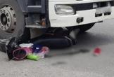Vượt đèn đỏ, cô gái thoát chết trong gang tấc dưới gầm xe đầu kéo