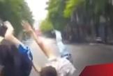 Ôtô đâm ngã xe đạp văng hàng chục mét