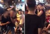 Xôn xao clip nhóm nam thanh niên giữ tay cô gái trẻ để người vợ đấm vào mặt đánh ghen trên phố Hà Nội