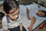 Mẹ bỏ đi, bé 7 tuổi lên viện chăm bố thập tử nhất sinh
