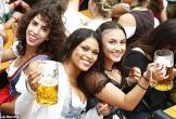 Du khách ăn mặc ngày càng hở táo bạo trong lễ hội bia