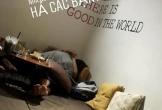 Đôi trai gái thản nhiên 'nằm đè lên nhau' tại quán cà phê ở Hà Nội