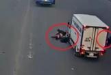 Dừng đèn đỏ không đúng vạch, 2 xe máy bị xe tải húc văng