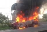Hà Tĩnh: Xe 16 chỗ ngồi bốc cháy dữ dội trên quốc lộ