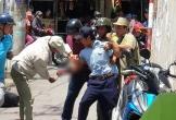 Bảo vệ ngồi giữa chợ dùng dao tự sát