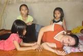 Hà Tĩnh: Ba đứa trẻ mồ côi bố cầu mong mẹ khỏi bệnh để được... tới trường