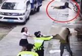 Cảnh sát hứng em bé rơi xuống từ tầng 2 tại Trung Quốc