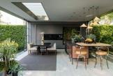 Nhà bếp cũ kỹ bỗng tràn đầy sức sống nhờ vườn cây xanh bắt mắt