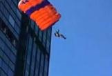 Người đàn ông nhảy dù từ tòa nhà cao 19 tầng nhưng thất bại đau đớn