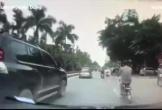 Chuyển làn bất ngờ, chàng trai bị cho ăn đạp giữa đường