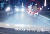 Clip: Lướt điện thoại khi chạy xe máy, cô gái bị cướp giật phăng trong một nốt nhạc