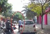 Tài xế ôtô mở cửa xe vô ý khiến xe máy ngã nhào ra đường