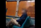 Bị phụ xe nhắc để chân sai vị trí, ông chú gay gắt chỉ tay nói 'bố lái xe buýt 12 năm, chưa thằng nào dám nói tao như mày'