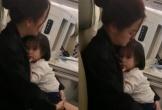 Hình ảnh 'bà mẹ đơn thân' Phạm Quỳnh Anh 'phờ phạc' chăm sóc con gái trên máy bay gây xúc động