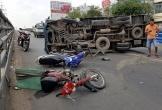 Xe tải ủi dải phân cách, tông hai xe máy rồi phơi bụng giữa đường