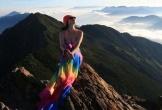 Người đẹp bikini chết cóng khi chinh phục đỉnh núi ở Đài Loan