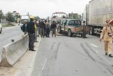 Ô tô mất lái tông vào giải phân cách sau va chạm xe