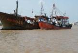 """Tàu """"lạ"""" không người trôi vào bờ biển Hà Tĩnh"""