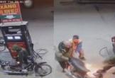 CLIP: Xe máy bốc cháy đùng đùng khi chủ nhân dùng bật lửa soi xăng
