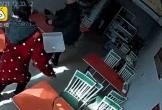 Bò đuổi vào tận quán ăn, húc mạnh người phụ nữ mặc áo đỏ