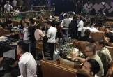 Quán bar pha rượu trong thùng nhựa, nhiều dân chơi