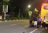 Xe khách giường nằm tông xe máy văng 30 m, 2 nữ sinh viên thương vong