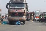 Vợ chồng tử vong, con gái trọng thương khi xe container cuốn vào gầm