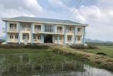 Hà Tĩnh: Trường tiền tỷ bỏ hoang giữa cánh đồng, trẻ phải học nhờ trên đất đền