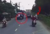 Xe máy chạy tốc độ cao đâm trực diện ô tô, người bị hất văng lên cao