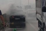Ô tô Mercedes bất ngờ bốc cháy trên đường vành đai 3 trên cao
