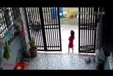 Clip: Người phụ nữ xông thẳng vào sân nhà cướp điện thoại của bé gái