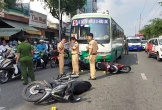 Xe buýt đâm hơn 10 xe máy dừng đèn đỏ, nhiều người bị thương