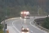Video: Xe con tông xe bồn rơi xuống vực sâu