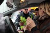 Dân mạng rần rần chia sẻ clip về chàng cảnh sát dễ thương nhất mạng xã hội hôm nay