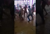 Clip: Đám cưới siêu lầy lội, khách nhảy tưng bừng ngã 'sấp mặt' giữa vũng bùn