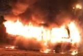 Đang đậu giữa bãi đất trống, xe khách 29 chỗ bất ngờ bốc cháy ngùn ngụt
