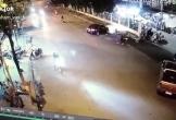 Đang đi đôi nam nữ đột nhiên dừng xe giữa phố, hành động sau đó của cô gái mới gây