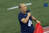 Clip xúc động: HLV Park Hang-seo đặt tay lên ngực, giơ cao lá cờ Việt Nam để ăn mừng chức vô địch