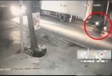 Clip: Tông đuôi xe tải rồi ngã xuống đường, người đàn ông chết thảm dưới bánh container